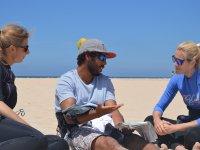 Chiacchierare con gli studenti sulla sabbia