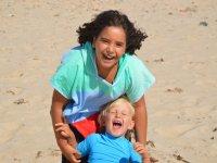 Giocando con il piccolo sulla spiaggia