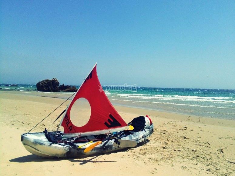 kayak en la orilla.