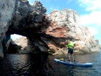 Acercándose a la cueva con la tabla de paddle surf