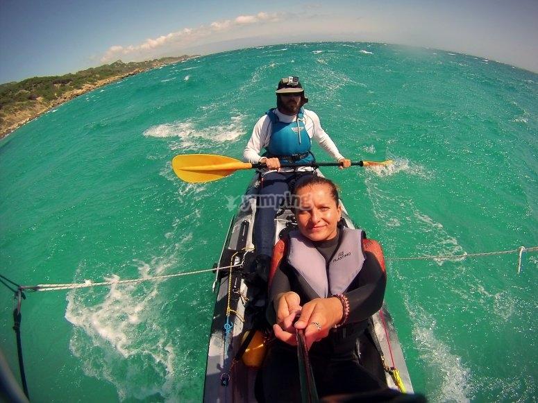 kayak en aguas cristalinas