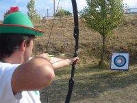 Tirando la flecha con el arco