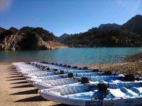 Kayaks en la orilla del embalse
