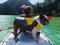 La mejor compañía canina en el kayak