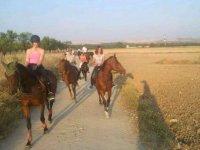 与家人一起骑马