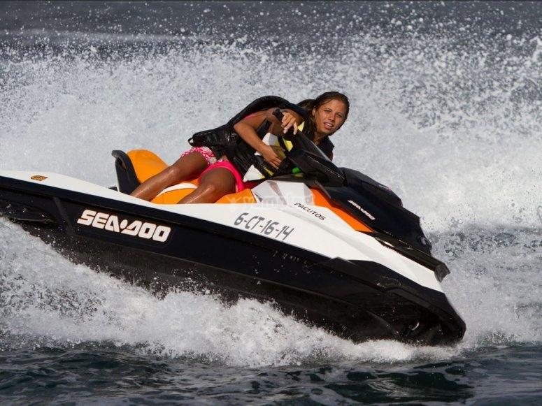 pilotando moto nautica