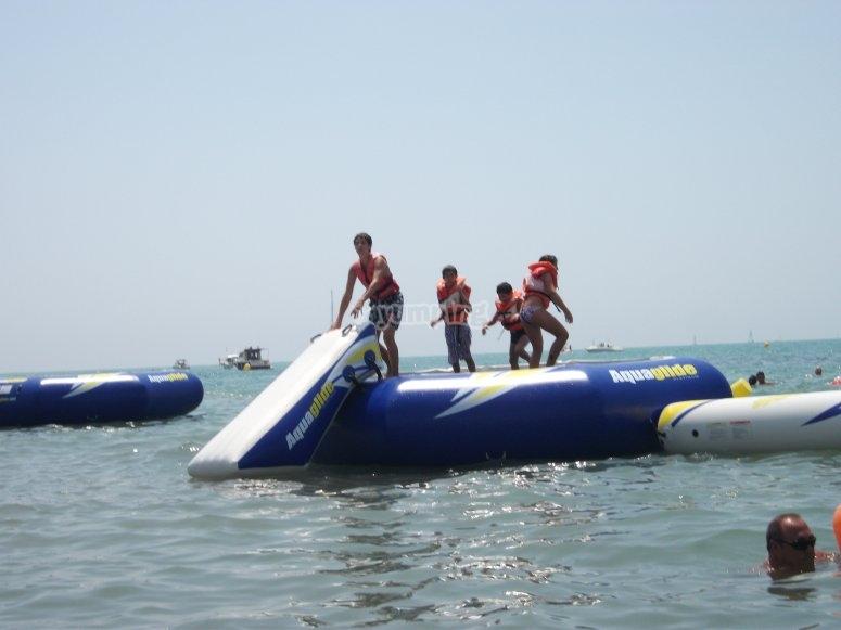 salta en el agua.