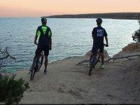 Con las bicis frente al mar