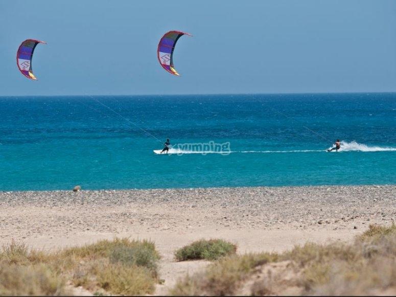 Kitesurf en la orilla de Corralejo
