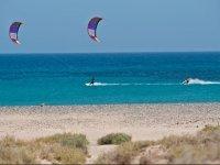 Kitesurf sulla riva di Corralejo