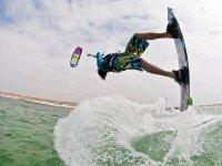 Maniobra haciendo kitesurf