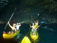Visita una cueva en kayak