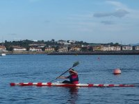 在独木舟中练习划桨