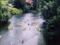 Incrocio di gruppo in canoa