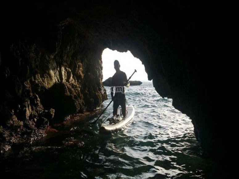 Percorso paddle surf attraverso grotte