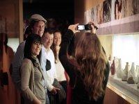 Foto con amigos en el museo