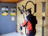 Ciclista en el cuelgabicis