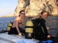 preparando la inmersion de buceo