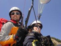 在旁边监视滑翔伞