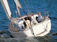 标志所有帆船情侣帆船在海上