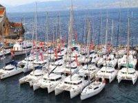 varios catamaranes en el mar