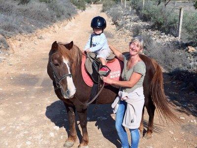 Paseo en poni para bebés en Sierra de Maigmó 20min