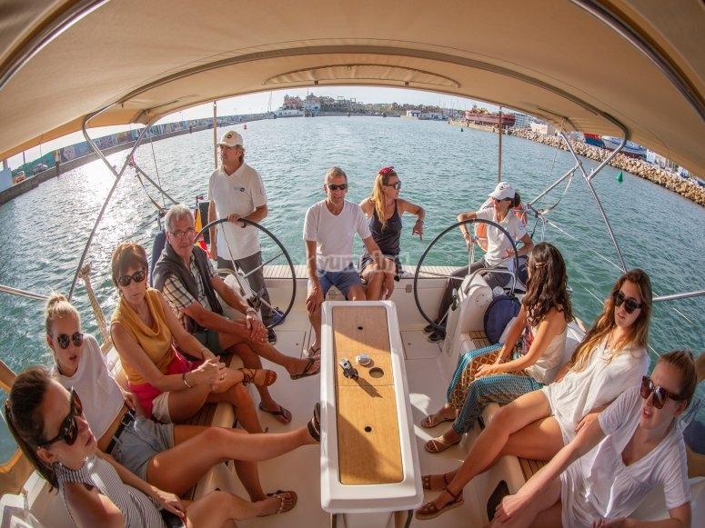 在帆船上与朋友见面