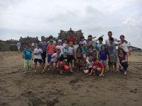 在海滩上扎营的学生