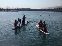 在扎营中划桨冲浪