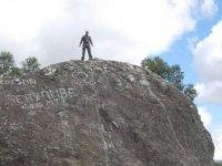 上斜坡岩石上停止