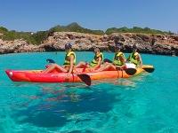 Amigos a bordo de los kayaks en Menorca