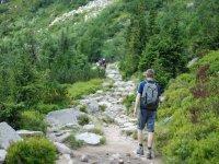步行穿过山