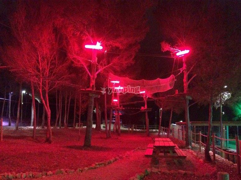 Sesion nocturna en parque de tirolinas