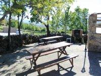 dos mesas de camping en un paraje natural