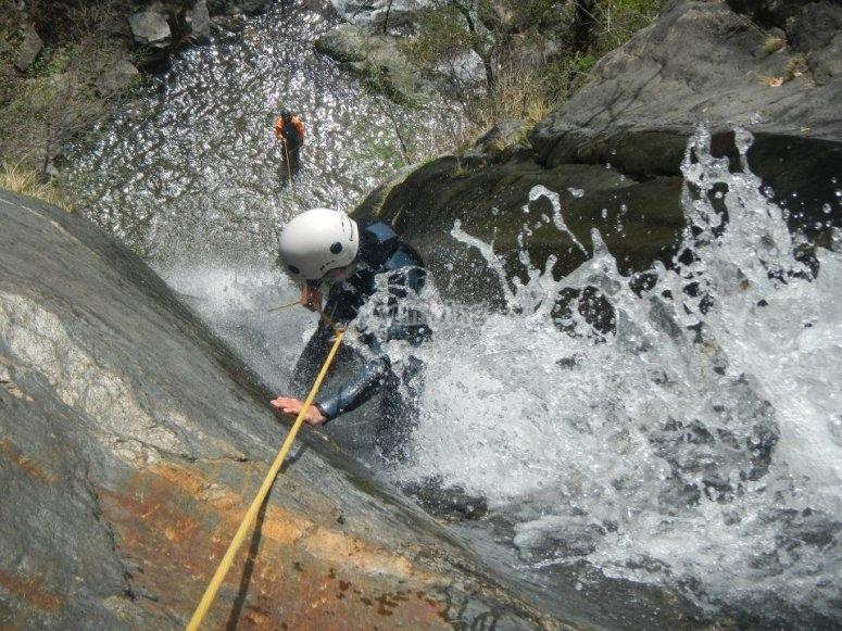 Adrenalina en barranco acuático