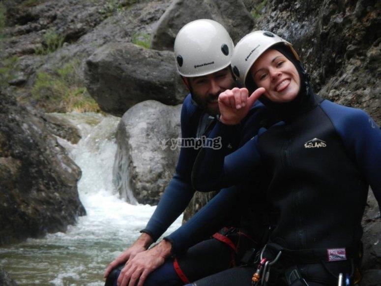 夫妇参加溪降活动
