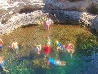 Con los equipos de snorkel en la piscina natural