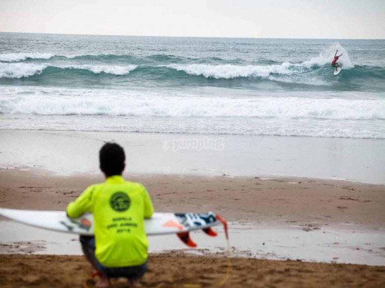 Observando las olas desde la orilla
