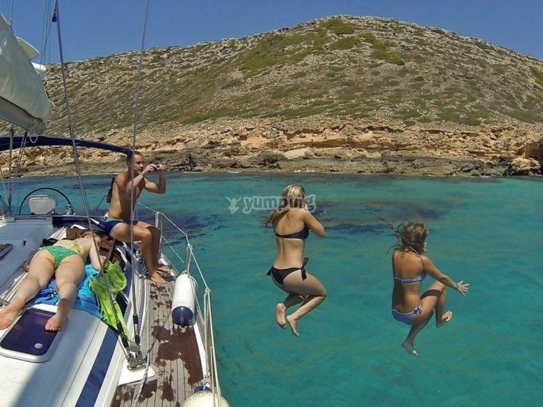 在水上跳跃