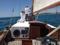 在帆船上航行
