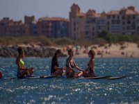 Clase de yoga en paddle surf Isla Canela