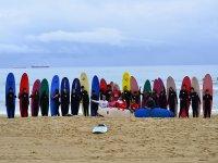 Alumnos y tablas de surf de colores