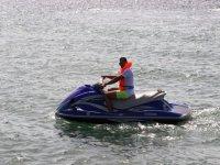 享受水上摩托车的乐趣