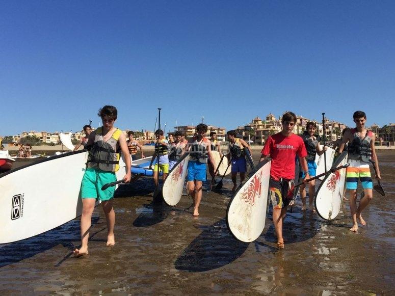 De camino al agua con las tablas de paddle surf