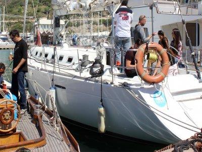 Navegar en velero en Barcelona con vinos y cava