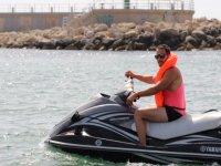 自旋摩托艇滑水上享受大海和阳光