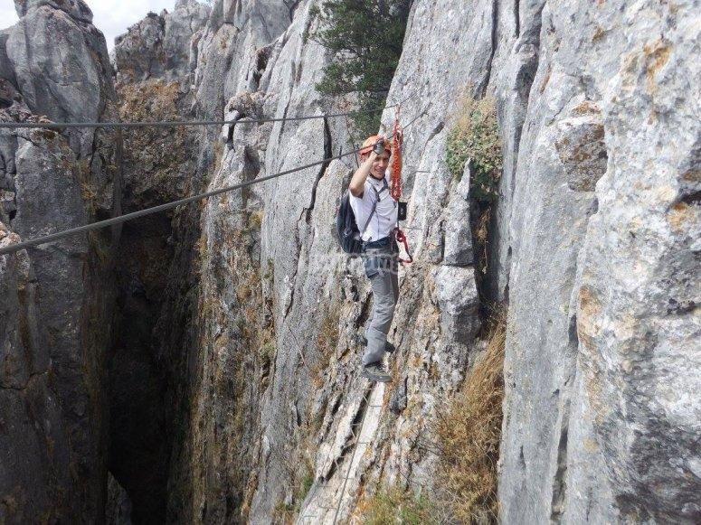 会议铁索攀岩峡谷