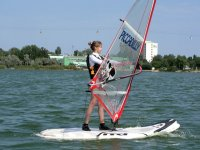 nina practicando windsurf