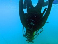 Submarinista apoyado en el hielo