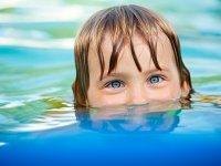 Peque en la piscina